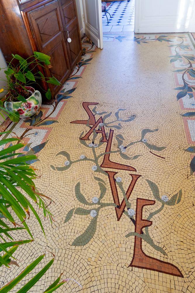 sol mosaïque inscription salve feuille olivier
