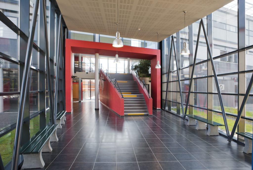 Bully-les-Mines_Lycée-Léo-Lagrange-galerie-couverte-et-escalier
